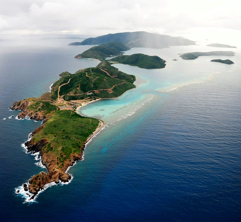 Veľkolepý výhľad na Britské Panenské ostrovy, ktoré sú známe ako hlavné mesto jachtingu.
