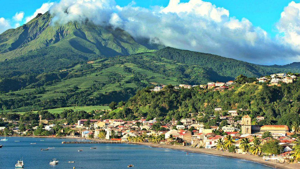 Vulkanická hora Mont Pelée dominuje Martiniku, francúzskemu ostrovu na hranici karibských a atlantických vôd.